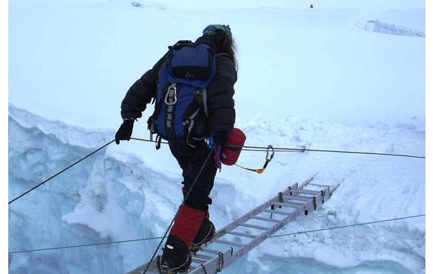 Ana Elisa Boscarioli no Everest, cruzando uma das muitas fendas encontradas pelo caminho - Foto: Arquivo pessoal.