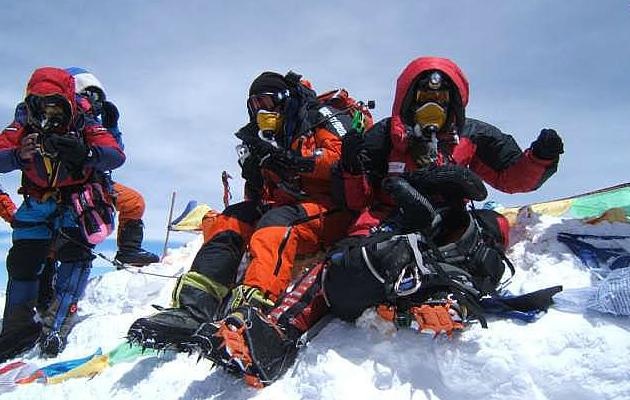 Ana Elisa Boscarioli no topo do Everest, a 8.848 metros de altitude - Foto: Arquivo pessoal.
