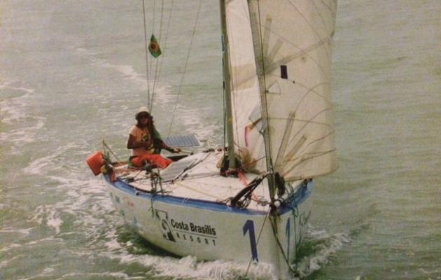Izabel Pimentel no pequeno veleiro Arnaud 1 - Foto: Reprodução/Marcos Rodrigues.