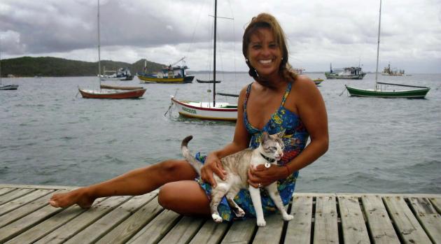 Izabel Pimentel e sua gata Ellen - Foto: Arquivo pessoal.