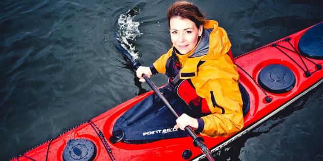 Renata Chlumska em seu elemento: ar livre, caiaque, água, aventura - Foto: Reprodução.