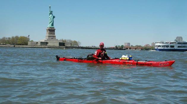 Renata Chlumska passando pela Estátua da Liberdade para chegar à Ilha de Manhattan na cidade de Nova York - Foto: Arquivo pessoal.