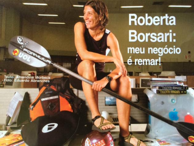 Roberta posa com todo o seu equipamento em sua mesa de trabalho no UOL - Foto: Eduardo Abranches.
