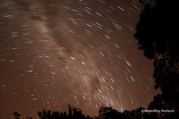 Uma pequena amostra de uma noite clara com céu estrelado e um tempo mais longo com o obturador da câmera aberto.