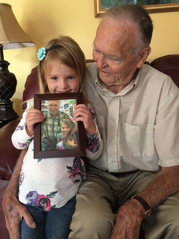 Na primeira visita à casa do senhor Dan, Norah levou a primeira foto dos dois, no mercado, já emoldurada - Foto: Tara Woo